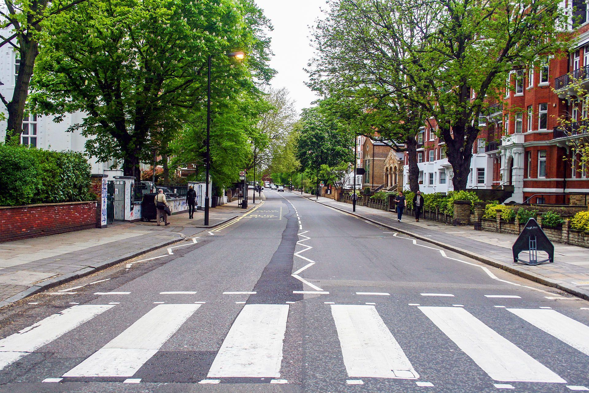La esquina de Abbey Road y Garden Road, en la ciudad de Londres, donde el fotógrafo escocés Ian McMillan logró la icónica imagen en 10 minutos y apenas 7 tomas (Shutterstock)