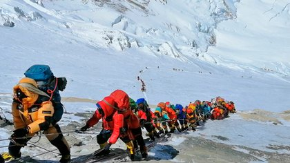 Un grupo de alpinista intentan subir a la cumbre del Everest. (AP)