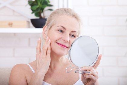 A los 60 es cuando hay que prevenir la piel de la exposición del sol (Shutterstock)