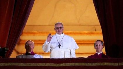 Francisco aparece en el balcón de la Basílica de San Pedro, en Ciudad del Vaticano. El cardenal argentino Jorge Mario Bergoglio fue elegido minutos antes para liderar a 1.200 millones de católicos del mundo
