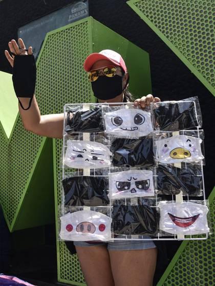 la venta de cubrebocas reutilizables se ha vuelto un negocio para cientos de vendedores ambulantes  FOTO: MARIO JASSO /CUARTOSCURO