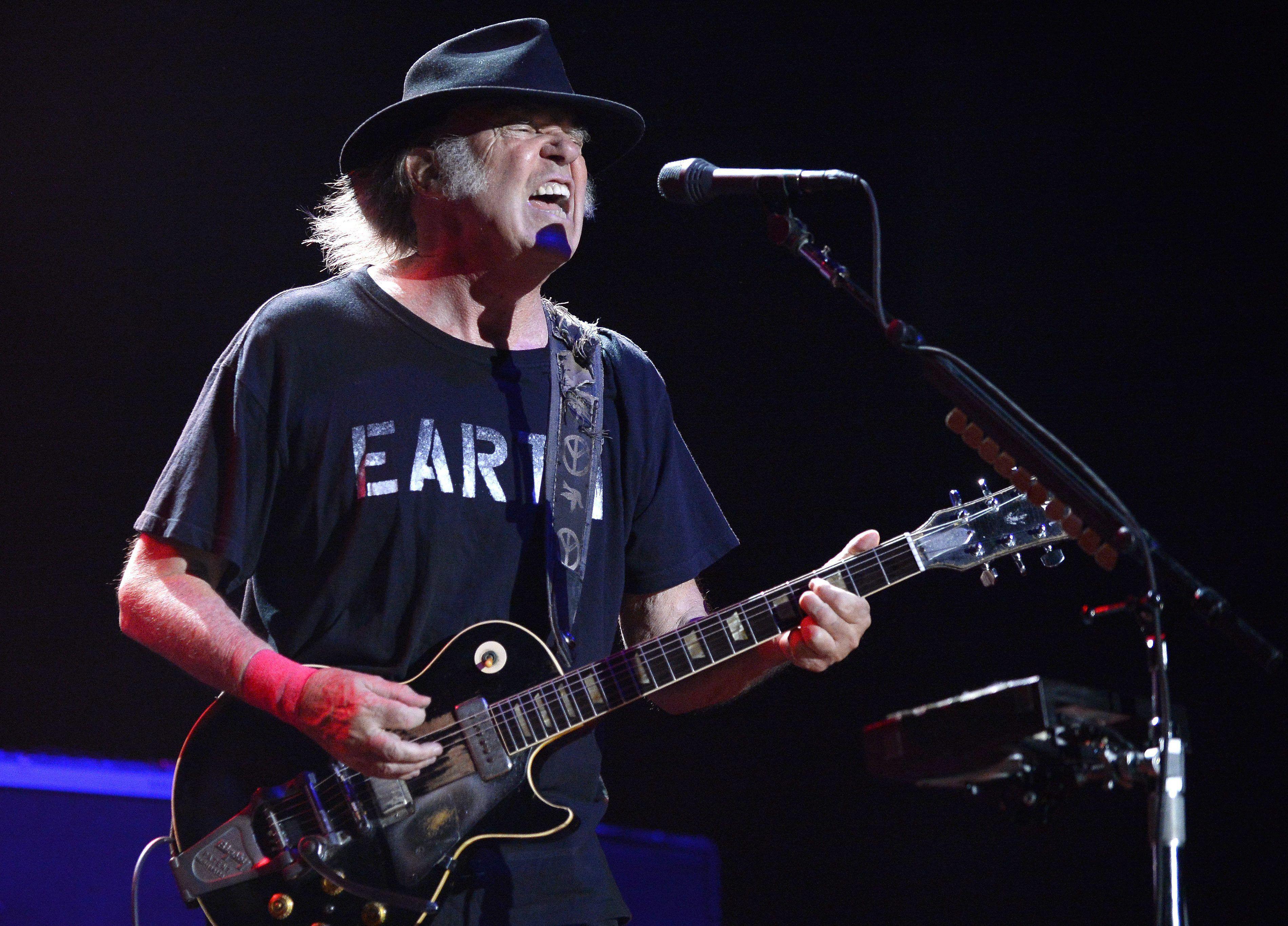El músico canadiense Neil Youngen un concierto, en una fotografía de archivo EFE/Hans Klaus Techt