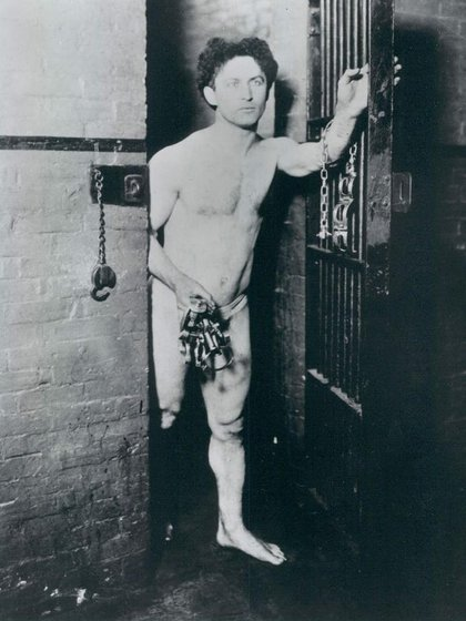 Houdini saliendo de una celda