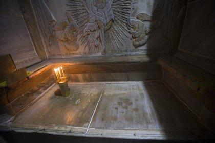 JES06 JERUSALÉN (ISRAEL) 24/11/2016.- Vista de la tumba de Jesucristo en la Iglesia de la Santa Sepultura en Jerusalén, Israel, hoy, 24 de noviembre de 2016. Una larga operación comenzó en octubre como parte de los trabajos de conservación, de la que se cree que pudo haber sido la tumba de Jesucristo. EFE/Atef Safadi