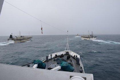 Imagen a bordo del GC-28 Prefecto Derbes patrullando el Mar Argentino contra la pesca clandestina china (Prefectura Naval Argentina)