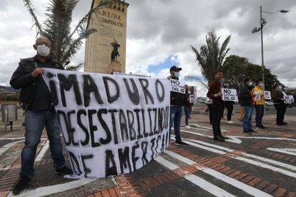 Venezolanos protestan en contra de las elecciones parlamentarias realizadas en Venezuela hoy, en Bogotá (Colombia). Venezuela vive este domingo una jornada de comicios legislativos para elegir a 277 miembros de la Asamblea Nacional. EFE Carlos Ortega
