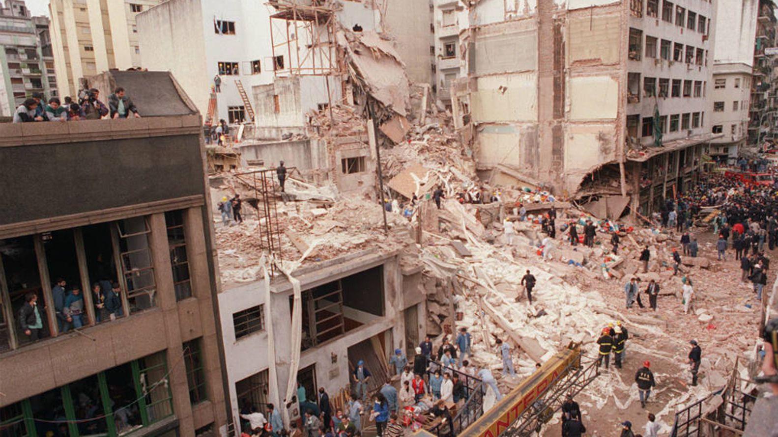 Los escombros de la AMIA (Asociacion de Mutuales Israelitas Argentinas) tras el atentado en Buenos Aires, Argentina del 18 de julio de 1994, que dejara como saldo 85 muertos y mas de 300 heridos. (Miguel Ángel Méndez)