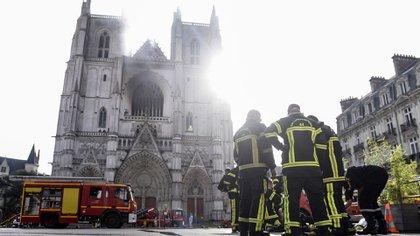 Los bomberos continuarán trabajando todo el día (Sebastien SALOM-GOMIS / AFP)