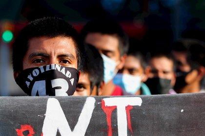 Con mantas y dibujos, consignas, y pancartas realizaron un mitin donde exigieron la aprehensión de todos los funcionarios públicos implicados en el caso (Foto: EFE)
