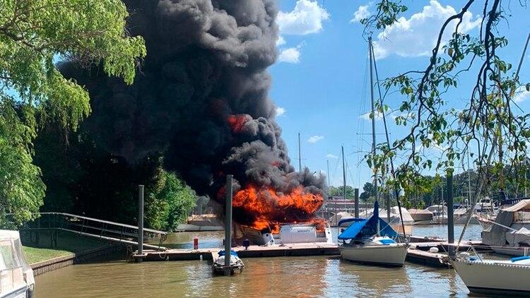 Un catamarán y un velero se incendiaron en el Yacht Club Argentino de San Fernando