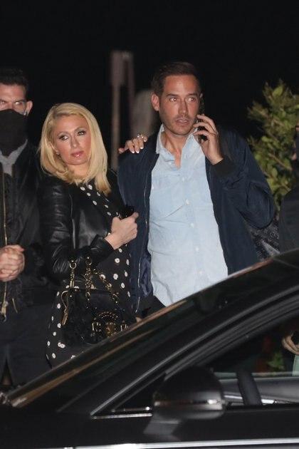 Paris Hilton fue a comer al exclusivo restaurante Nobu, en Malibú, California, junto a su prometido. Lució un vestido negro con lunares blancos, medias y estiletos