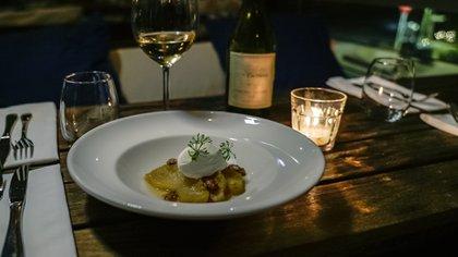 La sugerencia dulce de Gianmarino y Natiello fue una preparación con ananá, vino, sangría blanca, azafrán, garrapiñadas y queso mascarpone