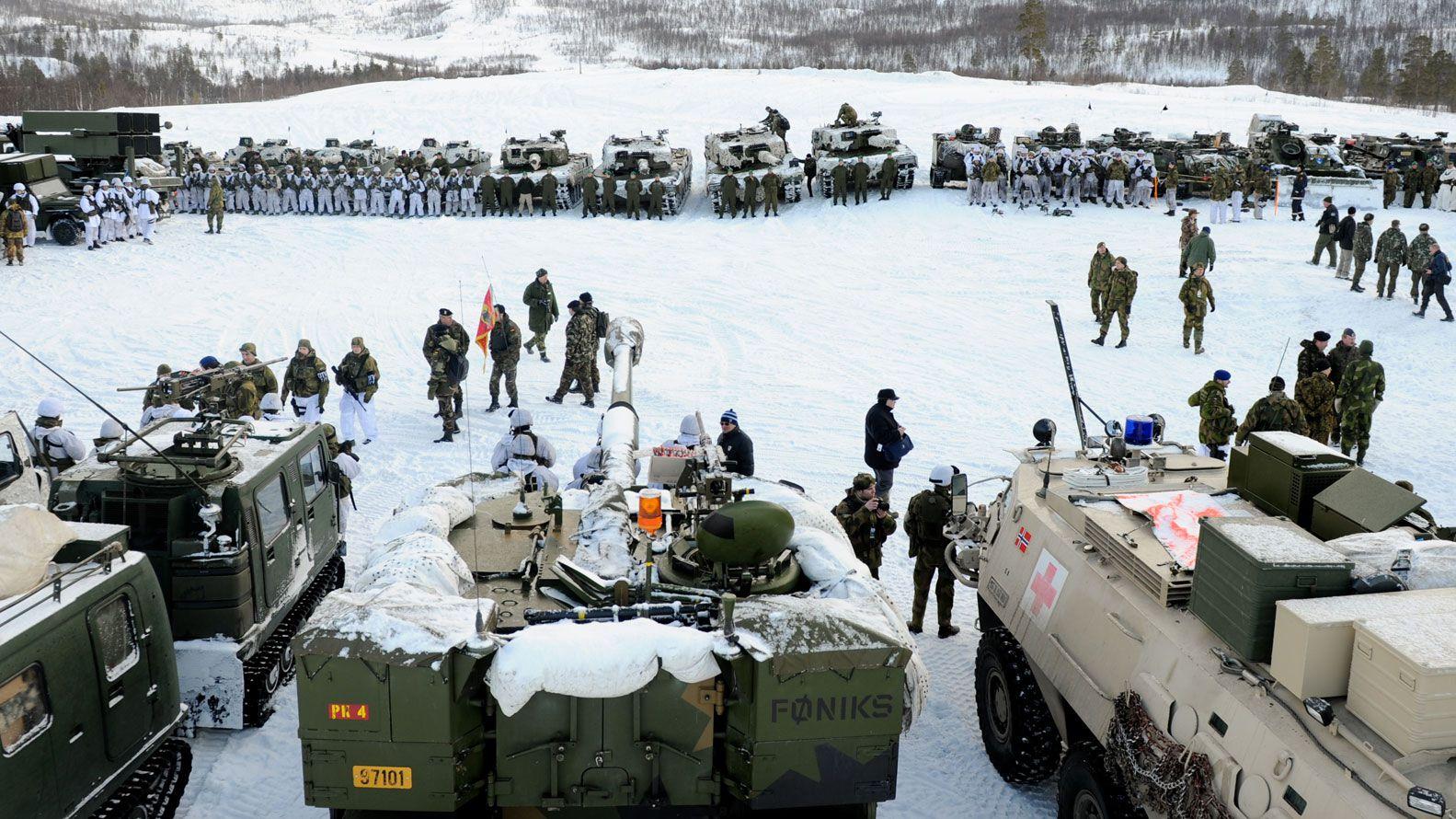 Tanques rusos en ejercicios militares en el Ártico