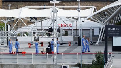 Personal médico frente al hospital Nightingale en el Centro Excel de Londres (REUTERS/John Sibley)