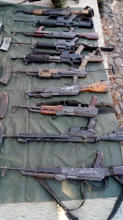 Las armas de alto poder decomisadas a la célula del CJNG(Foto: Twitter/MICHOACANSSP)