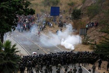 Hondureños que participan en una nueva caravana de migrantes con rumbo a Estados Unidos, chocan con soldados guatemaltecos cuando intentan cruzar a territorio guatemalteco, en Vado Hondo, Guatemala, 17 de enero de 2021. REUTERS / Luis Echeverría