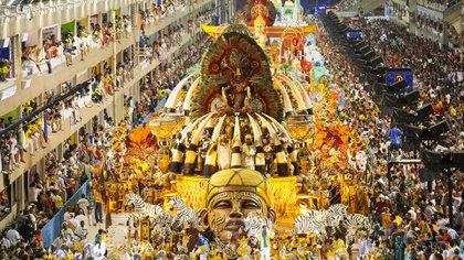 Las celebraciones del Carnaval Carioca empiezan varios días antes del desfile oficial y las calles de Río de Janeiro se llenan de grupos, conocidos como blocos, que bailan y tocan música congregando a cientos de personas (Getty Images)