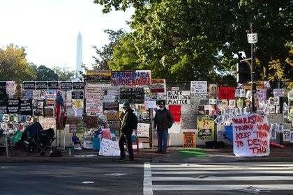 Carteles del movimiento Black Lives Matter pegados a una cerca cerca de la Casa Blanca este miércoles (REUTERS / Tom Brenner)