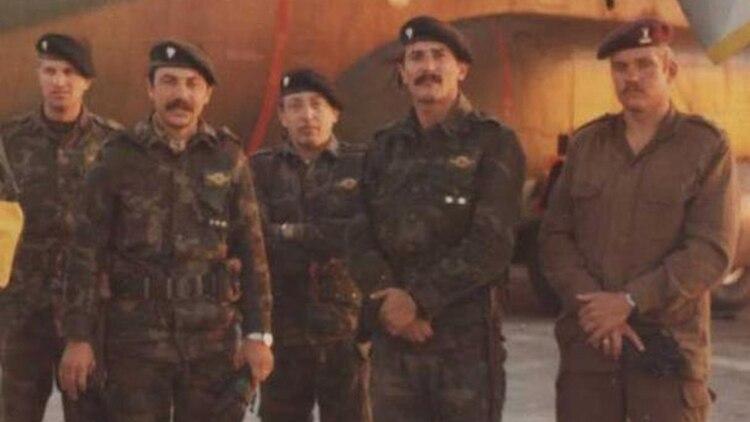 José Martiniano Duarte (el cuarto de izquierda a derecha) en Malvinas junto a sus compañeros de la Compañía de Comando 601