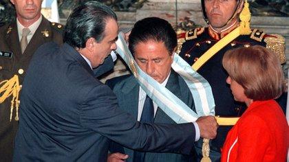 El 1° de enero de 2002, la Asamblea Legislativa designó a Eduardo Duhalde como presidente provisional para completar el período trunco de Fernando De la Rúa (NA)
