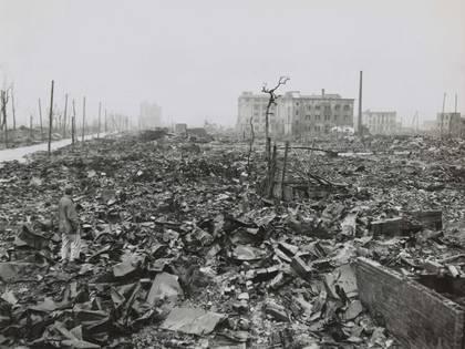 El fotógrafo de la Marina estadounidense Stanley Troutman (abajo a la izquierda) documenta los restos de Hiroshima el 7 de septiembre de 1945.