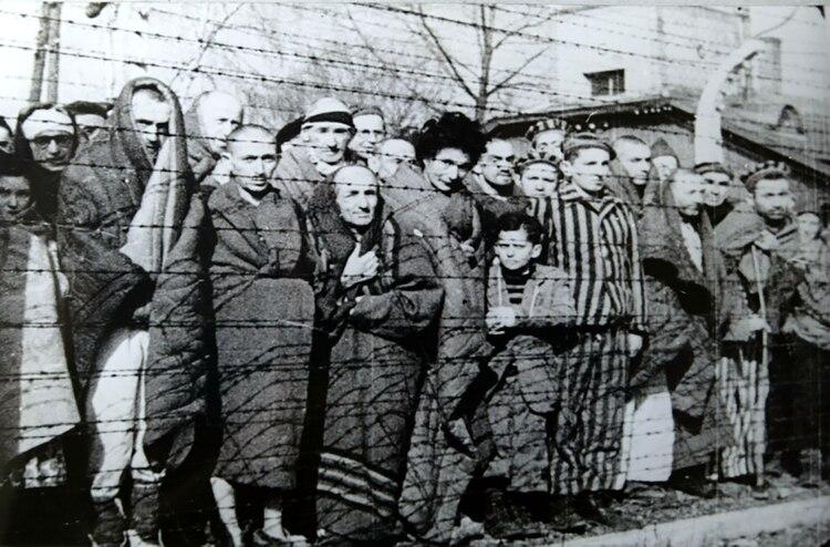 Un grupo de prisioneros, durante la liberación de Auschwitz en enero 1945