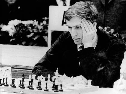 En su pubertad, Bobby Fischer compartió equipo con el ya maduro Whitaker, y llegaron a viajar juntos para disputar torneos en distintas ciudades. Llevaban un tablero magnético para desafiarse en el trayecto, aunque casi siempre ganaba Whitaker.