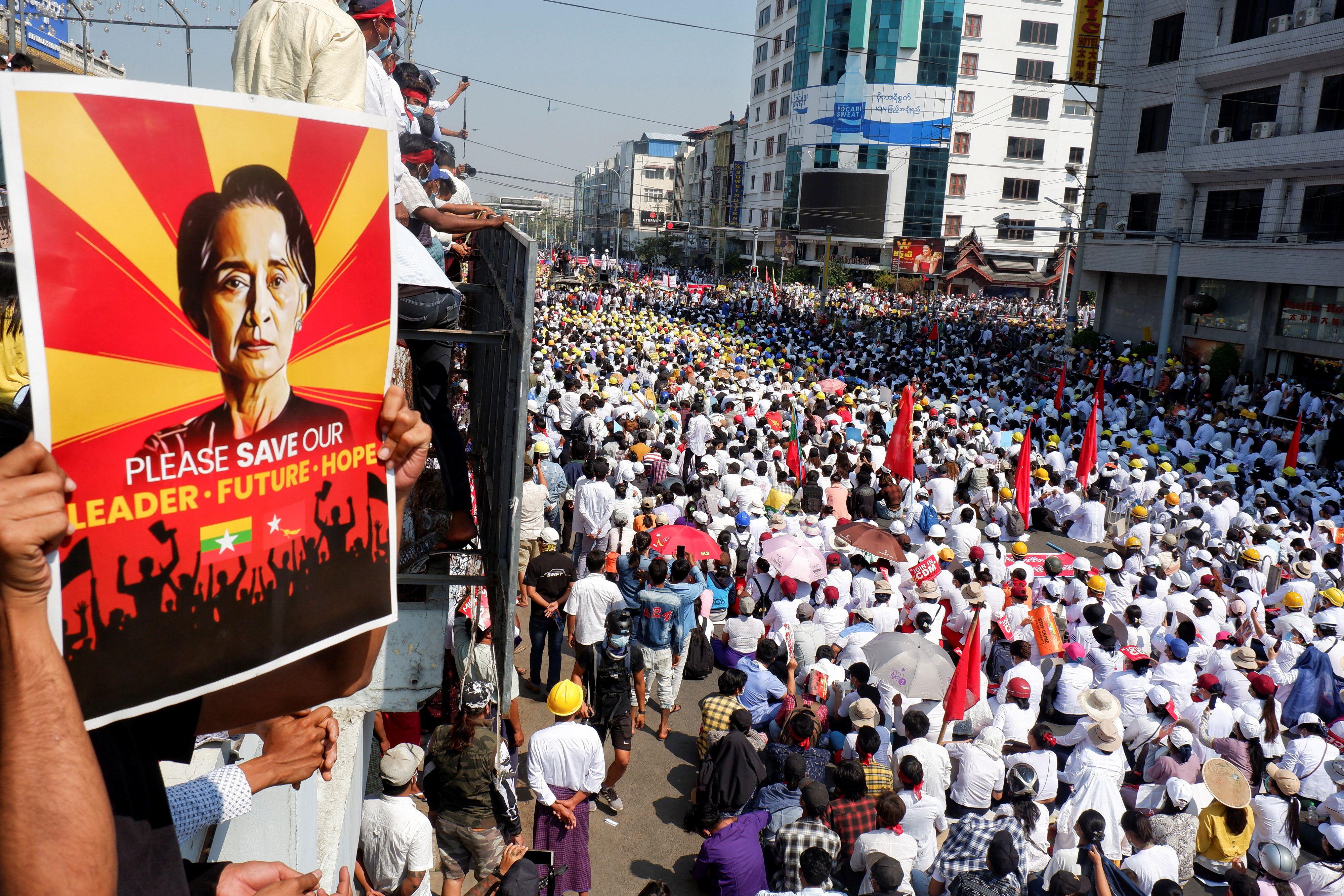 Manifestantes protestan contra EL golpe militar en Mandalay, Myanmar, el 22 de febrero de 2021. REUTERS / Stringer