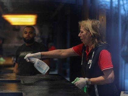Una empleada de Nike limpia en el cuartel general de la empresa en Hilversum, Holanda (REUTERS/Eva Plevier)