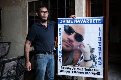 En la imagen, Rodrigo Navarrete, tío del preso político Jaime Navarrete. EFE/Carlos Herrera/Archivo