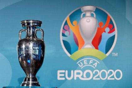 Foto de archivo del logo de la Eurocopa 2020 y el trofeo.  27/10/16. REUTERS/Michaela Rehle