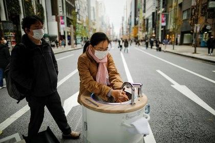 """""""Productos como estos no reemplazan las medidas existentes, como el uso de mascarillas y el lavado de manos"""" (REUTERS)"""