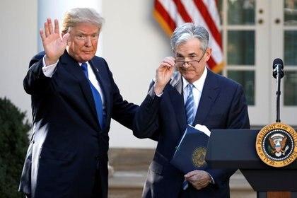 Donald Trump junto al chairman de la Reserva Federal, Jerome Powell, que se apuró a bajar en 50 puntos básicos la tasa de interés (Reuters)