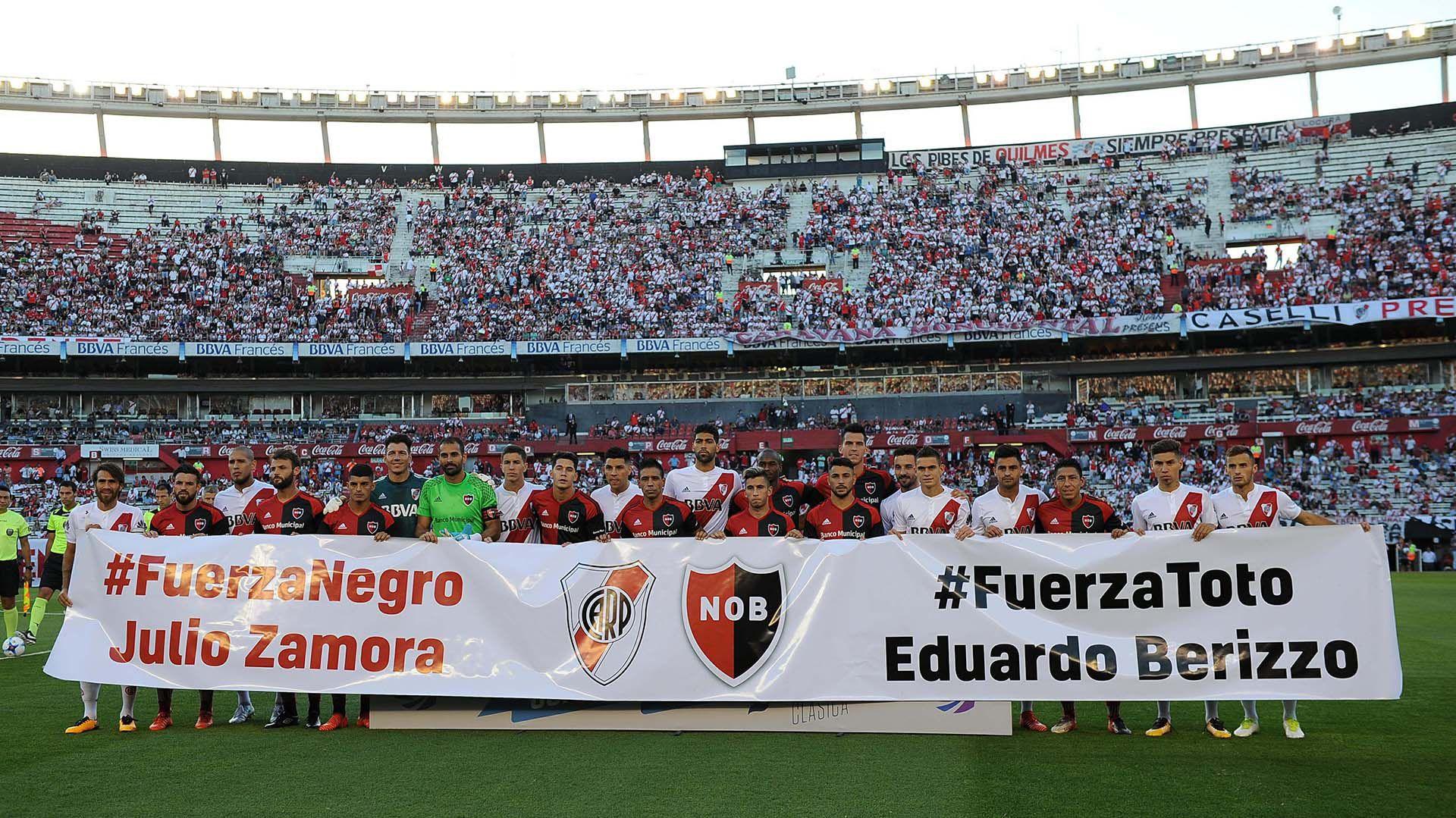 Buenos Aires: En la previa al encuentro entre River y Newell's, ambos equipos se mostraron con una bandera en apoyo a los ex-jugadores Julio Zamora y Eduardo Berizzo. Foto: Alejandro Santa Cruz/Télam/CF 26/11/2017