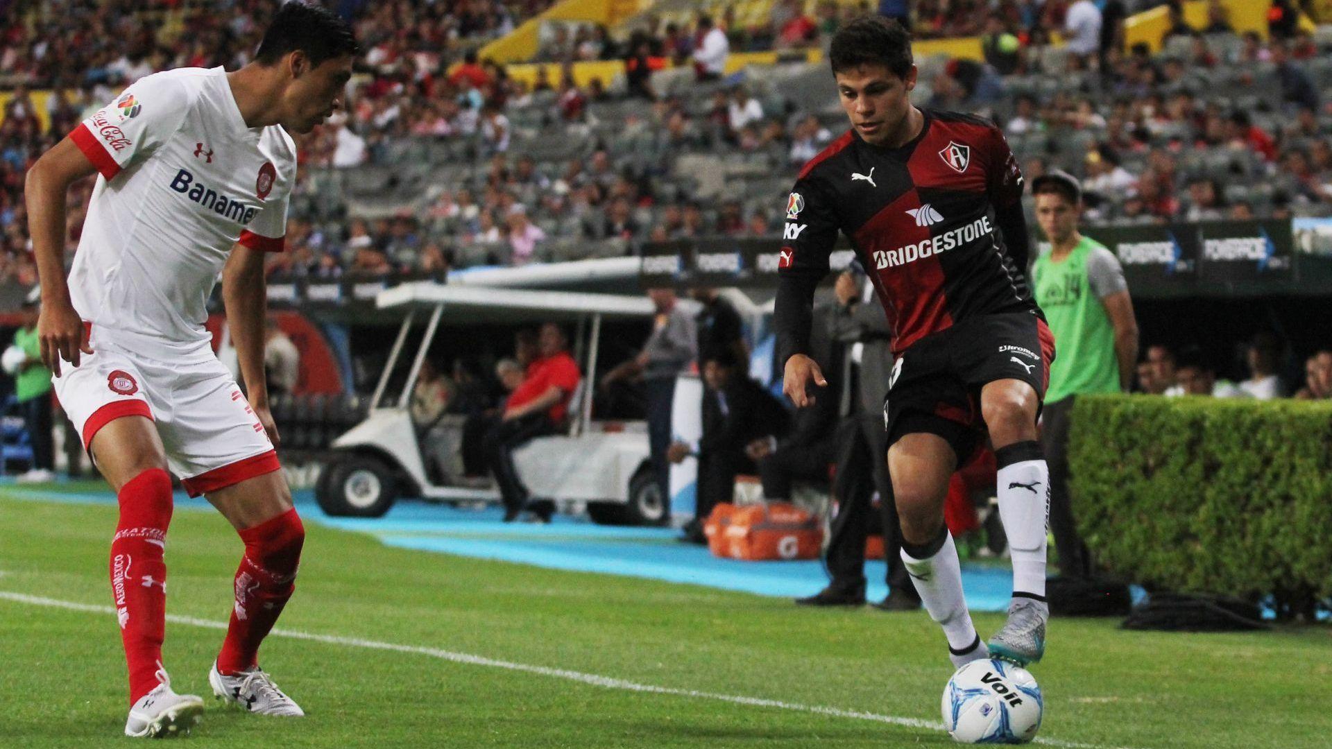 """Jordan Silva (izquierda) y Alfonso """"Ponchito"""" González, en un Atlas vs Toluca de la Liga MX (Foto: Cuartoscuro)"""