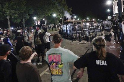 Choques entre policía y manifestantes en el centro. (AP Foto/Morry Gash)