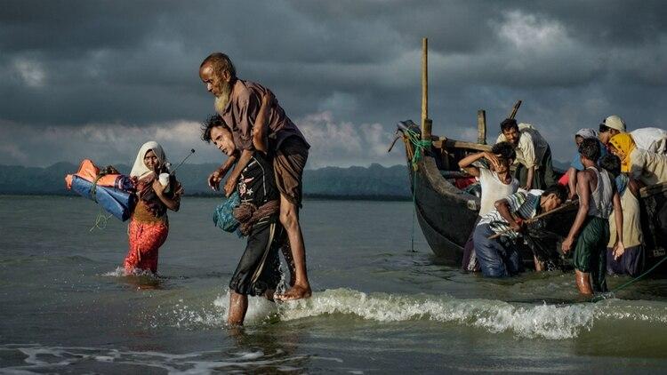 Un grupo de rohinyás desembarcan en Bangladesh en el río Naf (Masfiqur Sohan/NurPhoto via Getty Images)
