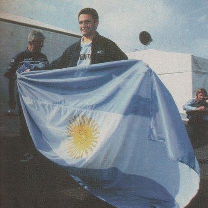 Luciendo la bandera argentina. Fue durante el Mundial de Francia (Archivo CORSA).