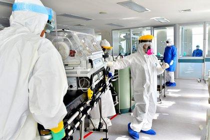 Integrantes del personal de salud trasladan una incubadora con un recién nacido con sospecha de COVID-19 en el hospital materno perinatal Mónica Pretelini, en la ciudad de Toluca (Foto: EFE/Jorge Núñez/Archivo)