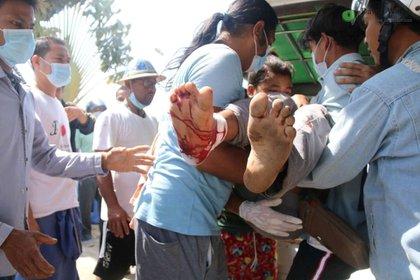 Un manifestante herido es cargado en Myanmar