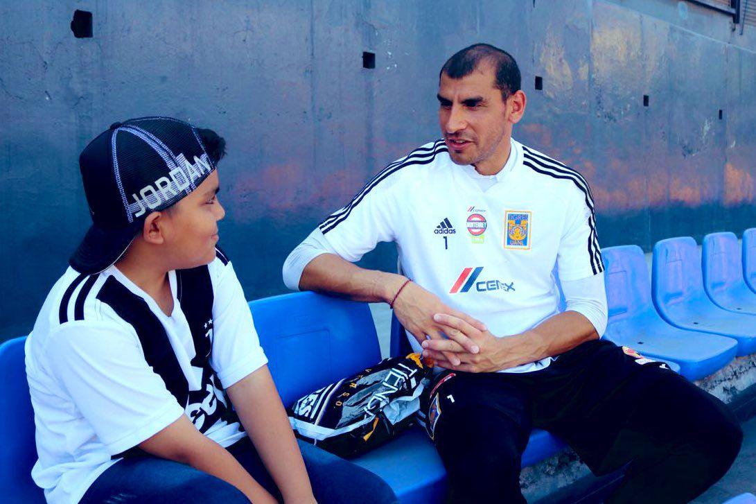 El portero argentino invitó a un aficionado de Rayados, el equipo rival, a un entrenamiento y paseo por las instalaciones de Tigres. (Foto: Twitter)