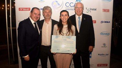 La licenciada Camila Petignat recibió el primer premio que se llevó la empresa Kilimo S.A