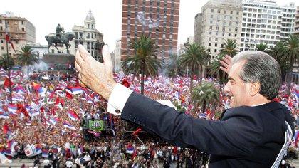 Tabaré Vázquez, salue depuis le balcon du palais présidentiel d'Estevez sur la Plaza de la Independencia, à Montevideo, le 1er mars 2005. AFP PHOTO / ANTONIO SCORZA