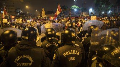 Cerco policial frente al grupo de protesta (AP/Rodrigo Abd)