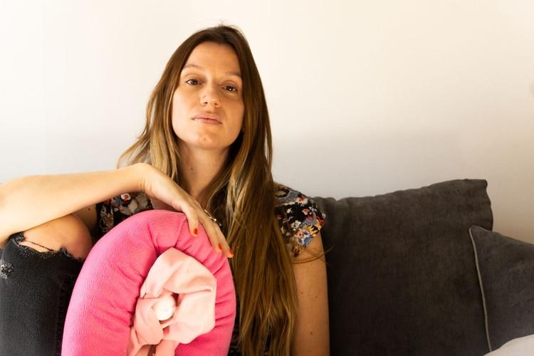 Cecilia con la vulva gigante que usa para hablar de sexualidad en sus vivos de Instagram
