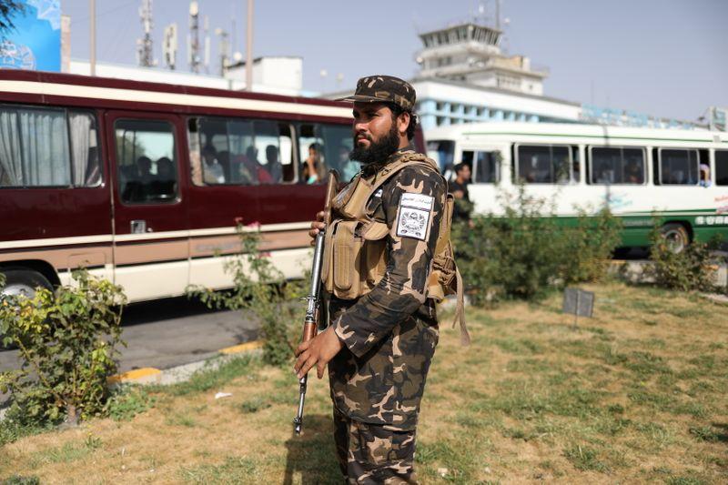 FOTO DE A RCHIVO: Un miembro de las fuerzas de seguridad talibanas en el aeropuerto de Kabul, Afganistán, el 10 de septiembre de 2021. WANA (West Asia News Agency) vía REUTERS