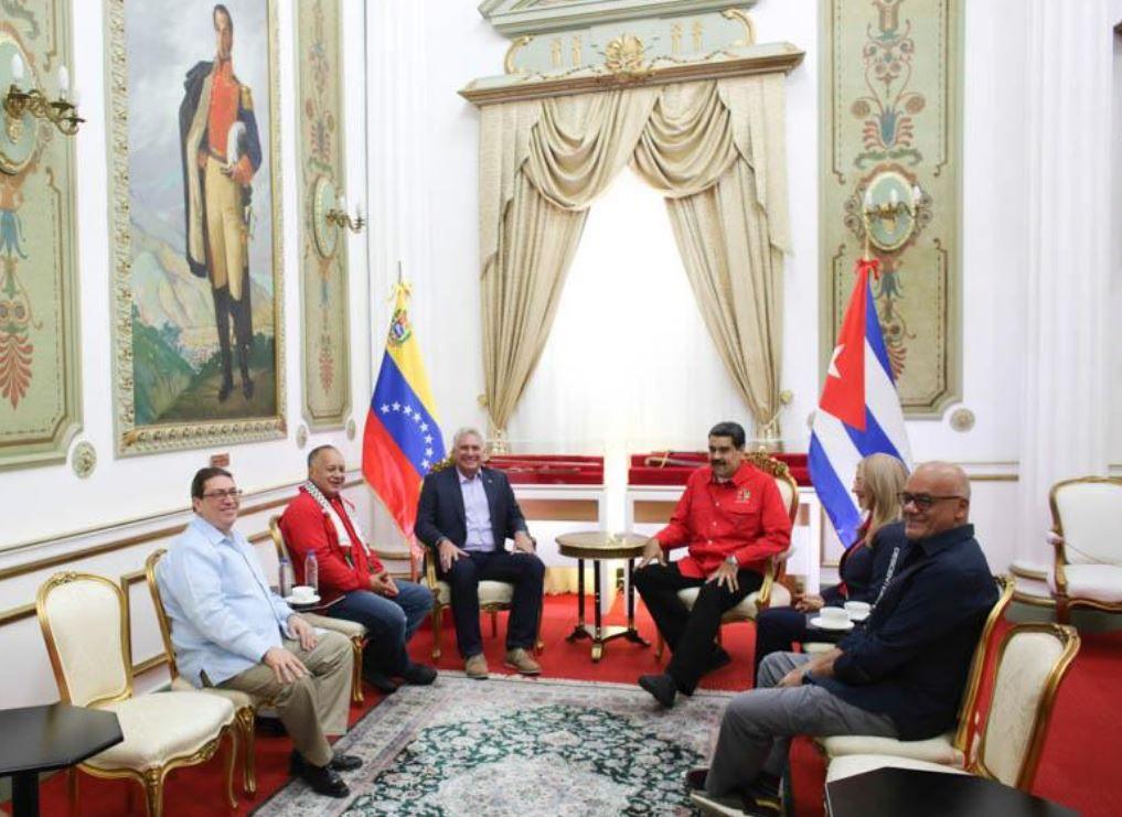 Miguel Dia-Canel con Nicolas Maduro en el Palacio de Miraflores, en Caracas. El cubano fue a apoyarlo en la clausura del Foro de San Pablo