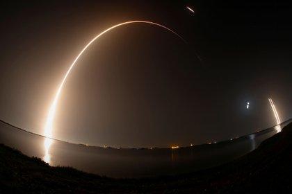 Un cohete SpaceX Falcon Heavy, que transporta la misión del Programa de Pruebas Espaciales 2 de la Fuerza Aérea de los Estados Unidos, despega del Centro Espacial Kennedy (Reuters)