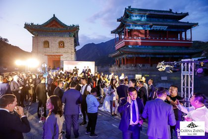 "Así fue el evento ""Adrianna Vineyard's 100-Point Wines at The Great Wall of China"""