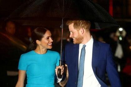 El príncipe Harry y su esposa Meghan, duquesa de Sussex, llegan a los Endeavour Fund Awards en Londres el 5 de marzo de 2020 (Reuters/ Hannah McKay/ File Photo)